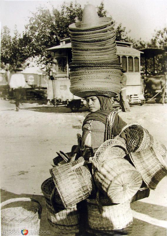 Fotos de , , México: TIPOS MEXICANOS Vendedora de Somreros Hacia 1945