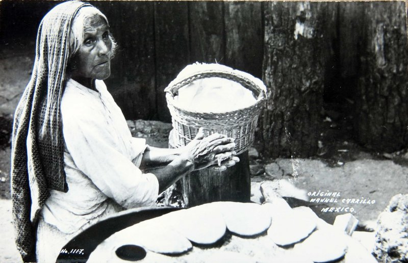 Fotos de , , México: TIPOS MEXICANOS TORTILLERA por el fotografo MANUEL CARRILLO Circa 1945