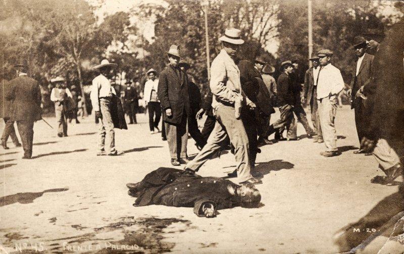 Muerto frente al Palacio Nacional, durante la Decena Trágica (1913)