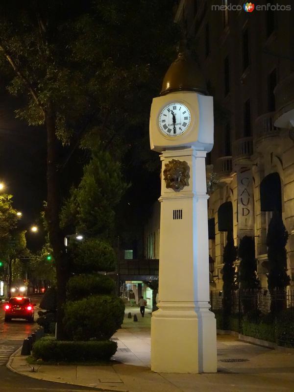 Reloj frente al Hotel Imperial