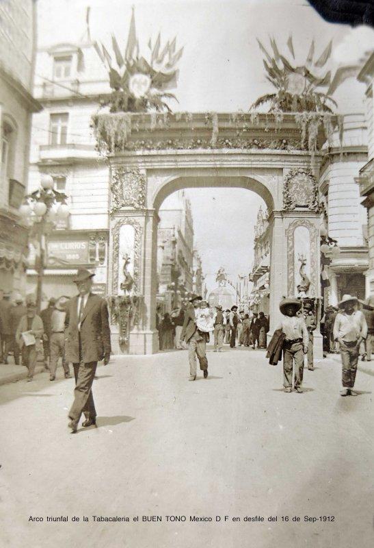 Arco triunfal de la Tabacaleria el BUEN TONO Mexico D F en desfile del 16 de Sep-1912