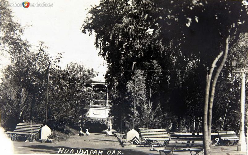KIOSKO Y PLAZA Circa 1930-1950