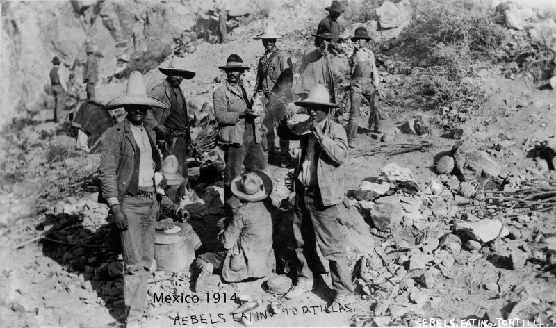 REBELDES COMIENDO DURANTE LA REVOLUCION MEXICANA circa 1910-1920