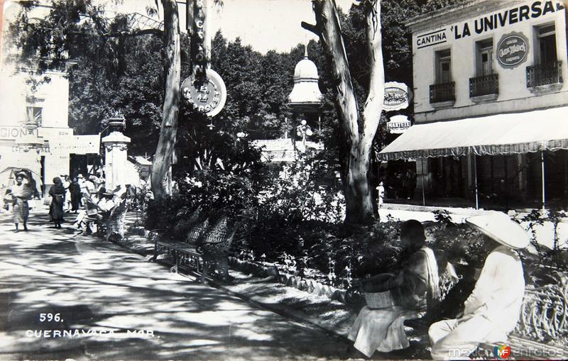 TIPOS MEXICANOS DESCANSANDO circa 1930-1950