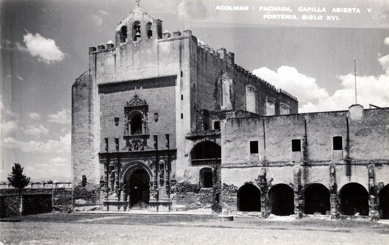 Fachada, capilla abierta y portería del siglo XVI