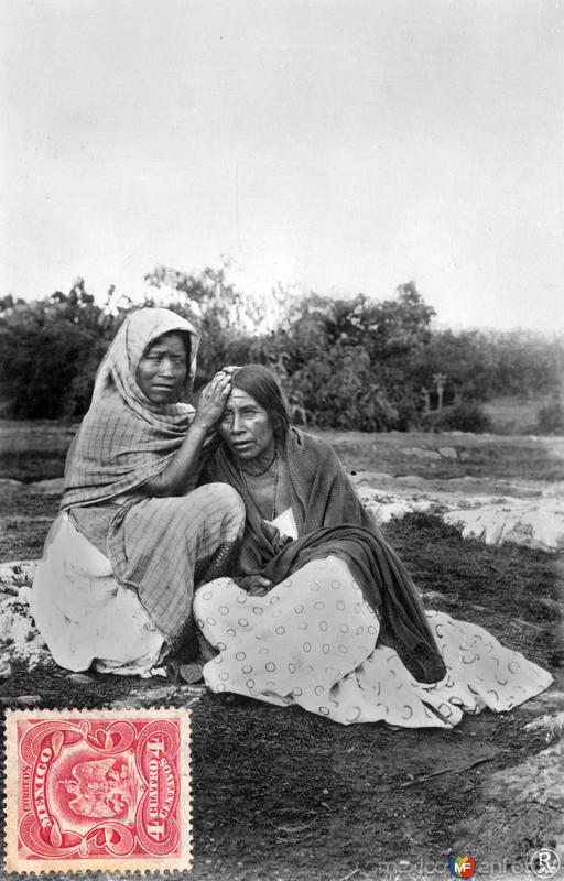 Indígenas en pose de aseo