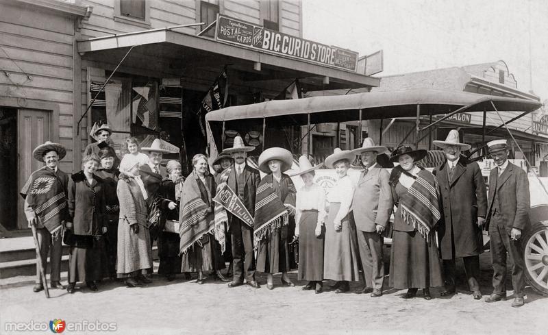 Turistas frente al Big Curio Store en 1916
