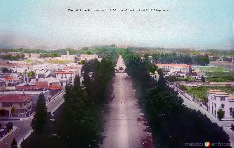 Paseo de La Reforma de la Cd. de Mexico  al fondo el Castillo de Chapultepec.