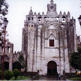 Ex-convento agustino y a la izquierda la capilla abierta, siglo XVI. Atlatlahucan, Morelos. 2002