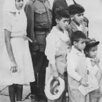 Familia durante un casamiento colectivo de soldados del ej�rcito mexicano (1939)