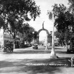 Avenida Pino Suárez y Arco de la Independencia