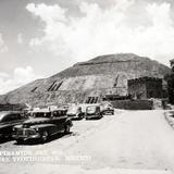 Autos y vista hacia la Pirámide del Sol - Teotihuacán, México
