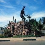 LUGAR DESCONOCIDO Escena de un monumento Yaqui ( 1969 )