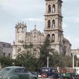 Catedral de Monterrey y autos frente a la Plaza Zaragoza (circa 1952) - Monterrey, Nuevo León