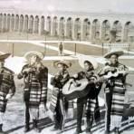 Mariachi al fondo el Acueducto de Los Colomos