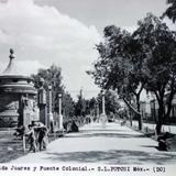 Avenida Juarez y fuente colonial.
