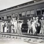 Tipos Mexicanos  vendedores de Cajeta en una estacion ferroviaria.