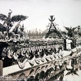 Los Canales de Xochimilco y sus trajineras BELLAMENTE ADORNADAS Por el fotografo Hugo Brehme.
