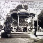 La Plaza de Armas  kiosko de la Musica por el fotografo FELIX MIRET ( Circulada 5 de Junio de 1909 ).
