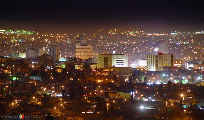 Vista nocturna del centro de la ciudad