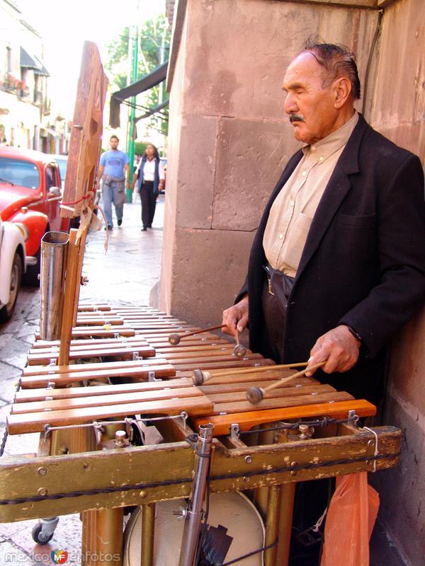Músico y marimba
