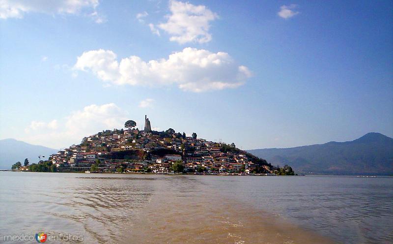 Vista de la isla de Janitzio y el lago de Pátzcuaro