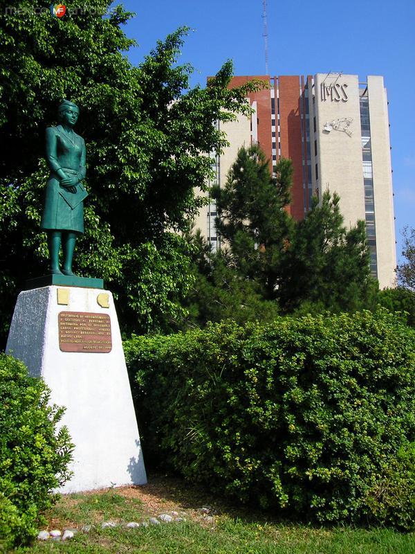Hospital de Ginecología: Monumento a la Enfermera