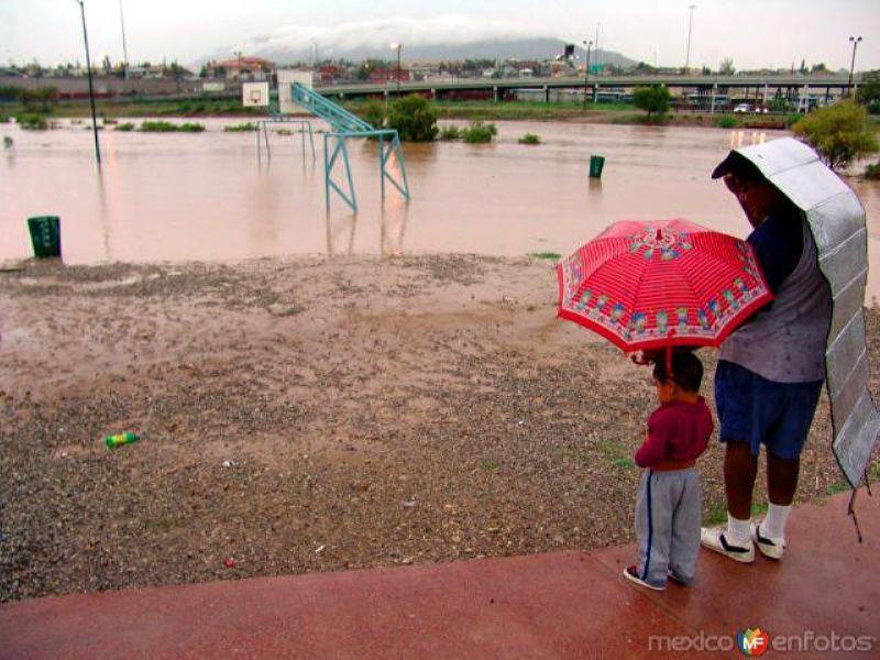 Padre e hijo durante la inundación de 2006