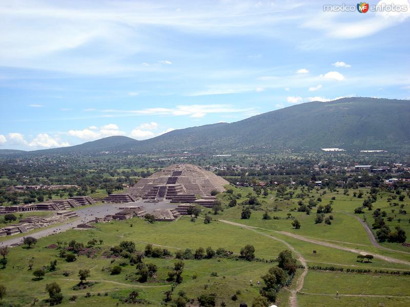 Pirámide de la Luna y Calzada de los Muertos