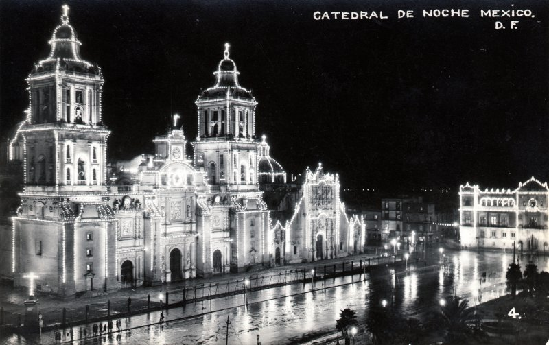 Catedral Metroplitana iluminada de noche
