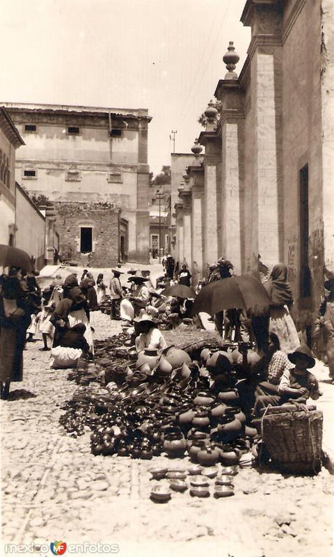 Vendedores de ollas en la calle Mendizabal