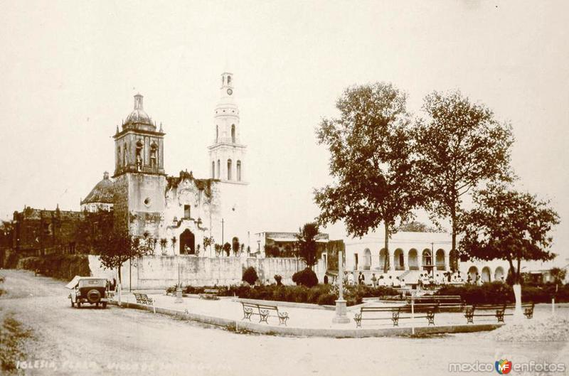 Plaza Ocampo y Parroquia Santiago Apóstol,Todavía sin escalones en el frente,1920