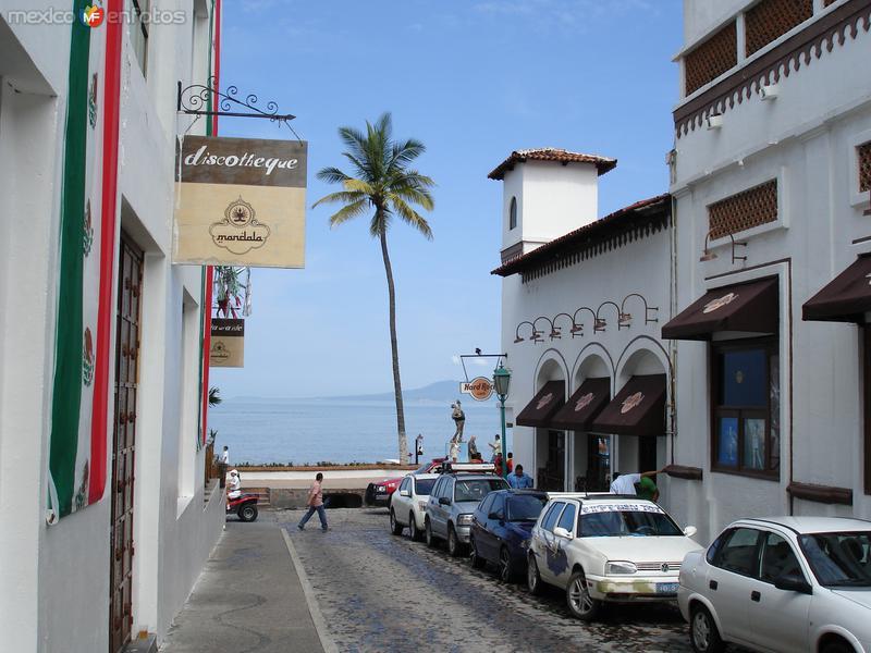Calle típica con vista al malecón
