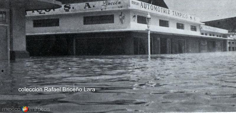 Isauro Alfaro y Diaz Miron durante la inundacion en 1955