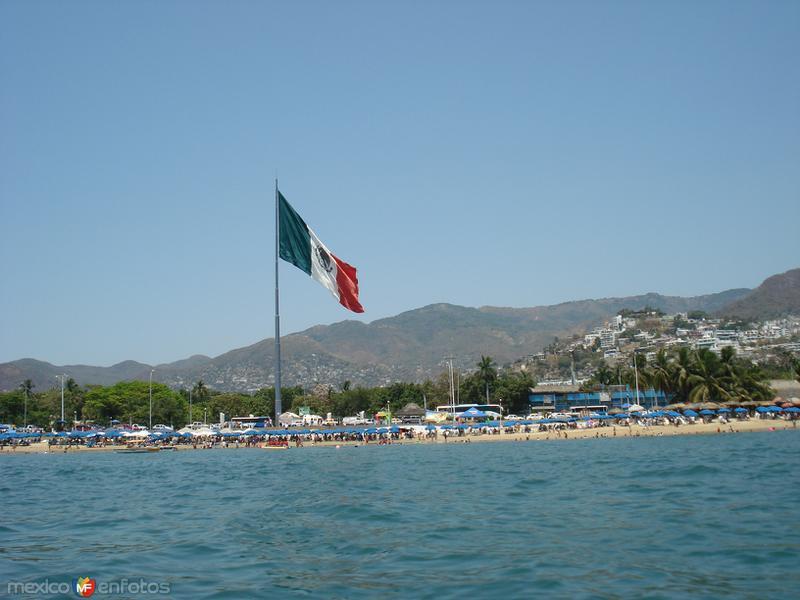 Bandera gigante en malecon de acapulco