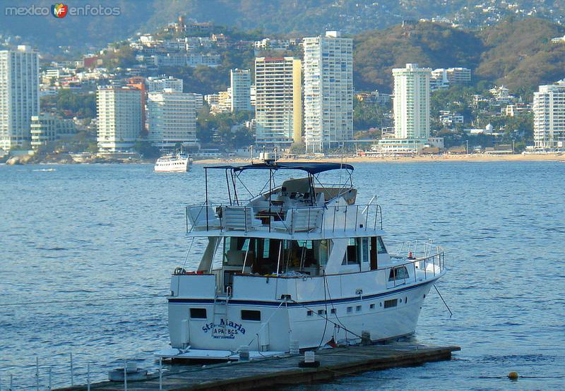 yate de visita en la bahia de Acapulco