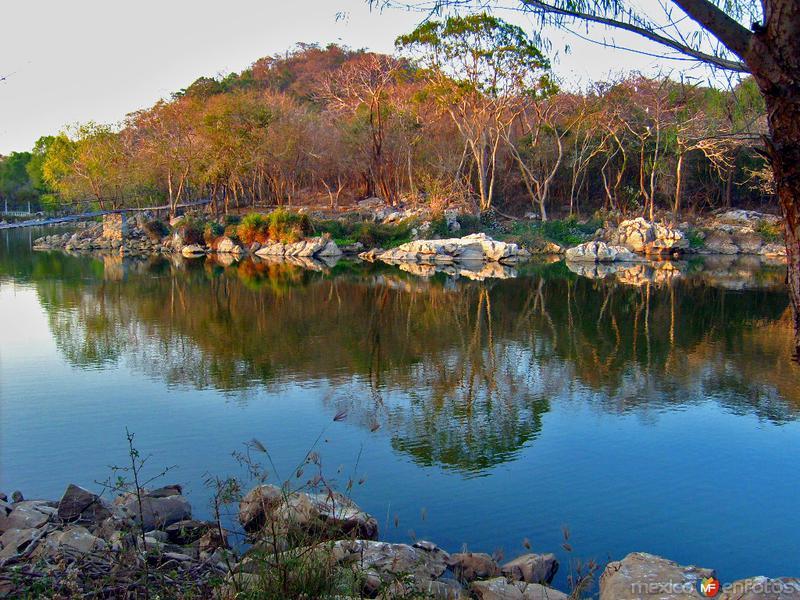 reflejos en la laguna azul