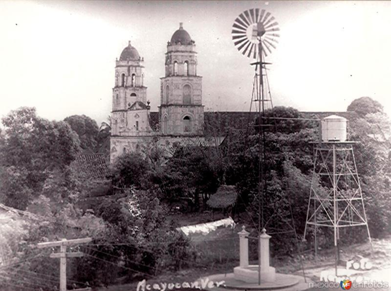"""Torres de la Parroquia """"San Martín Obispo"""" y la bomba de agua potable."""