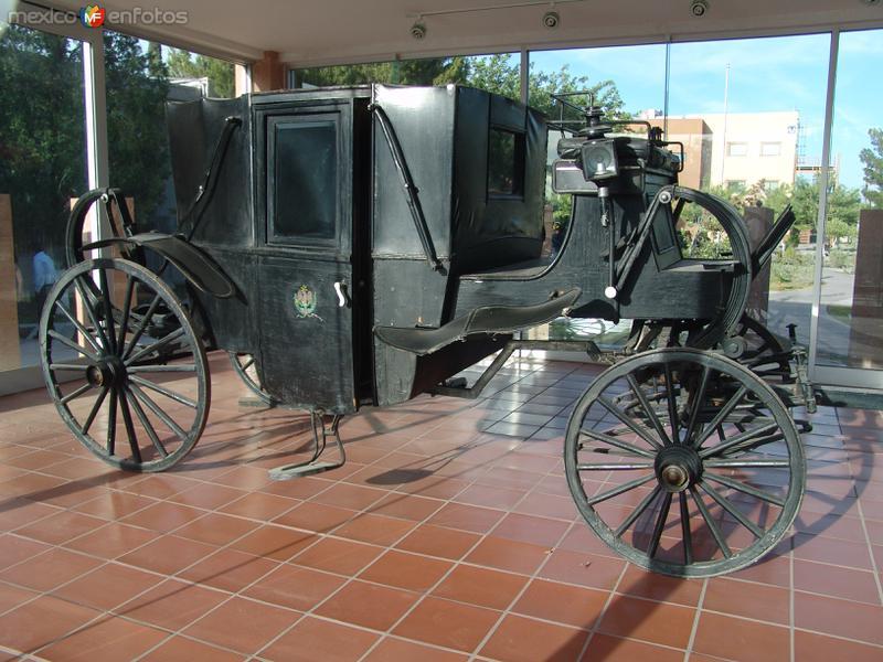 UACJ / ICSA. Carreta réplica de la transportó a Benito Juárez hasta Paso del Norte