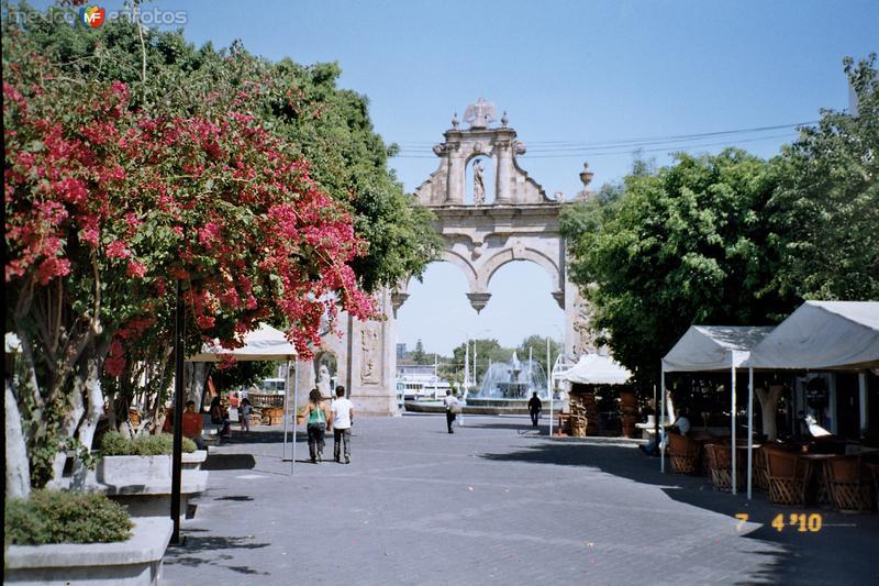Arcos en la entrada del andador turístico. Zapopan, Jalisco