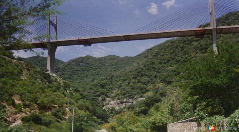 """Puente atirantado """"Quetzalapa"""" sobre la autopista México-Acapulco. Quetzalapa, Gro."""