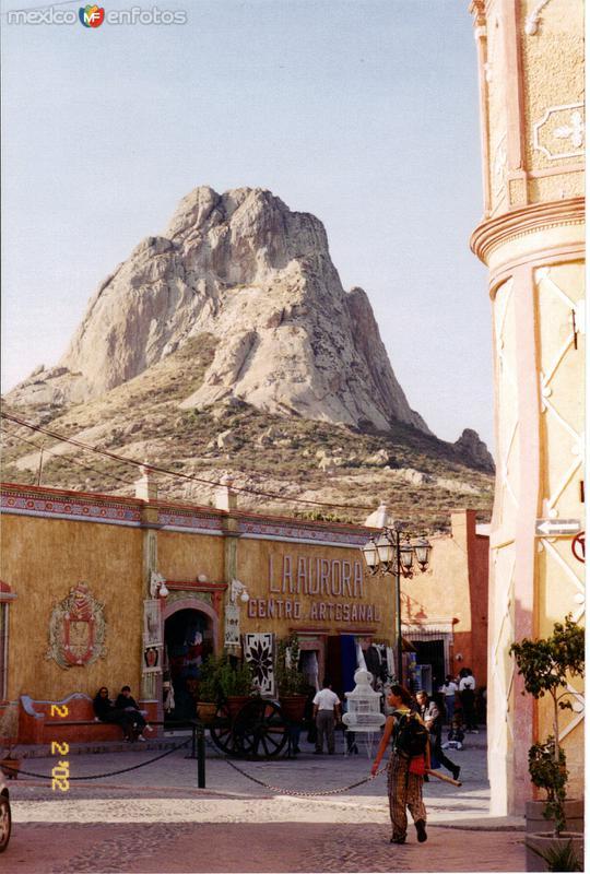Centro de Bernal, Querétaro con la Peña al fondo.