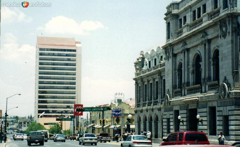 Rascacielos y edificio antigüo en el centro de la ciudad de Chihuahua, Chihuahua