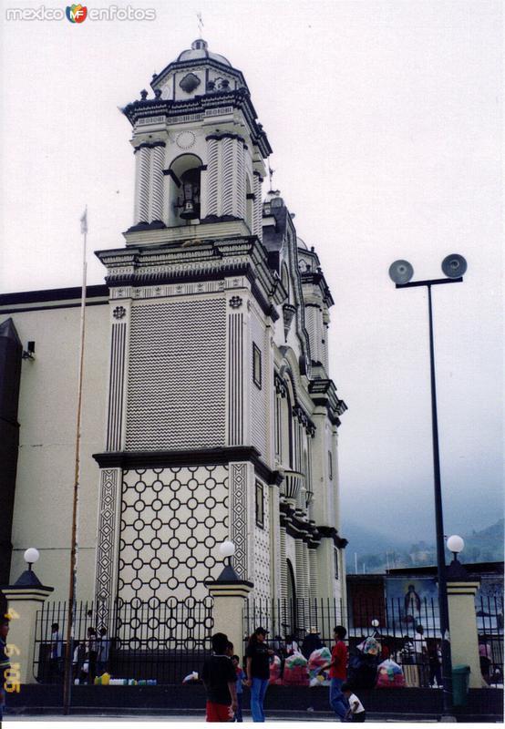 Vista lateral de la parroquia de la Virgen de Juquila. Santa Catarina Juquila, Oaxaca