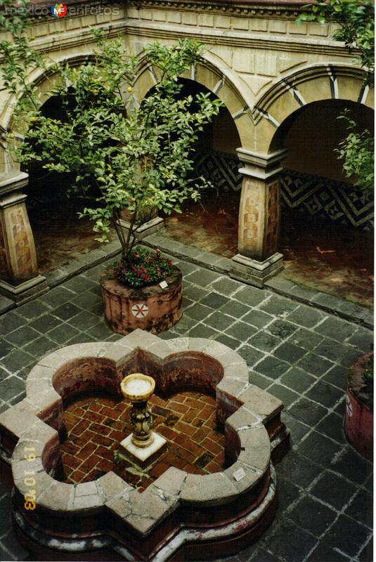 Fuente y claustro del Ex-convento de Churubusco. México, DF