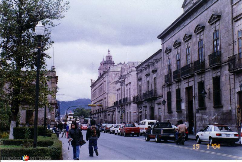 Edificios coloniales en la Av. Madero Poniente. Morelia, Michoacán