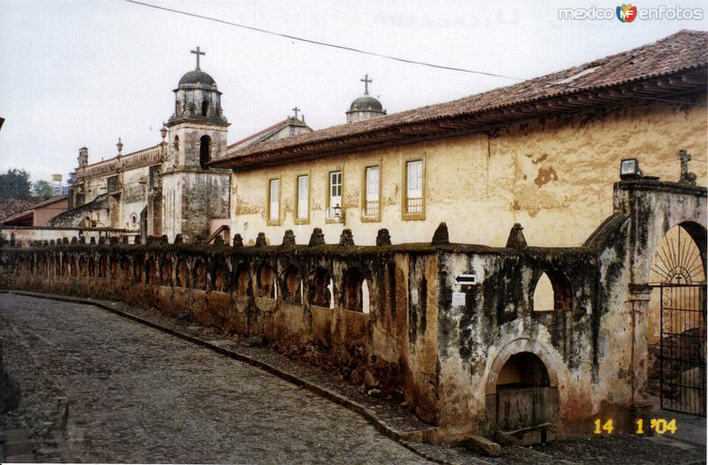 Barda atrial del templo del siglo XVI. Pátzcuaro, Michoacán