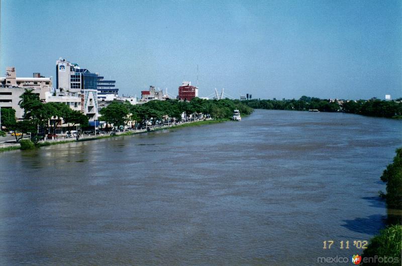 Río Grijalva cercano a su nivel crítico de desbordamiento. Villahermosa, Tabasco