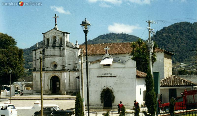 Atrio y Templo de San Lorenzo, siglo XVI. Zinacantán, Chiapas