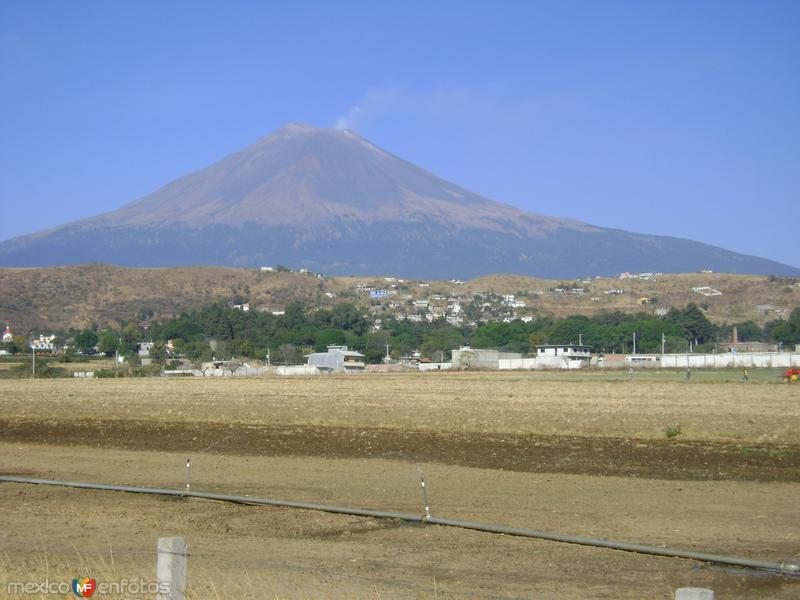 Comunidad de Metepec y al fondo el volcán Popocatépetl con su fumarola. Edo. de Puebla. 2011
